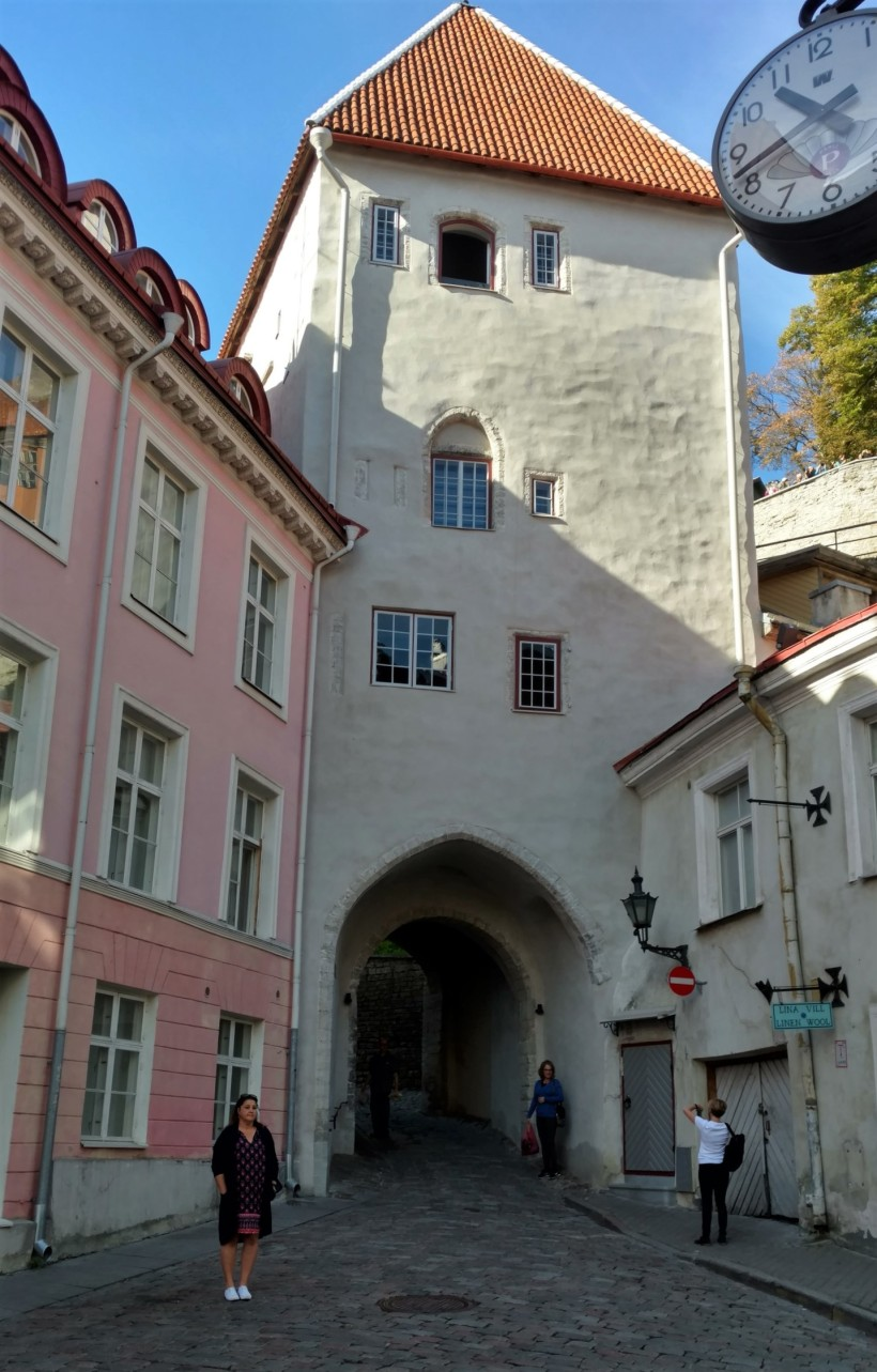 tallinn-estonia-highlight-tour-and-outside-museum-001a